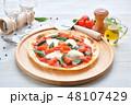 イタリアン料理、ピザ、ピッツァ、ピザ・マルゲリータ。トマトソースとバジルの葉、モッツアレラチーズ。 48107429