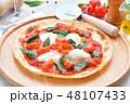 イタリアン料理、ピザ、ピッツァ、ピザ・マルゲリータ。トマトソースとバジルの葉、モッツアレラチーズ。 48107433