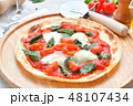 イタリアン料理、ピザ、ピッツァ、ピザ・マルゲリータ。トマトソースとバジルの葉、モッツアレラチーズ。 48107434