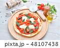 イタリアン料理、ピザ、ピッツァ、ピザ・マルゲリータ。トマトソースとバジルの葉、モッツアレラチーズ。 48107438
