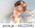 スムージーを飲む女性 48125091
