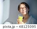 スムージーを飲む女性 48125095