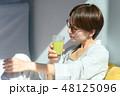 スムージーを飲む女性 48125096