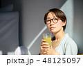 スムージーを飲む女性 48125097