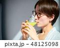 スムージーを飲む女性 48125098