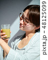 スムージーを飲む女性 48125099