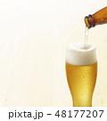Beer-グラスに瓶ビールを注ぐ 48177207