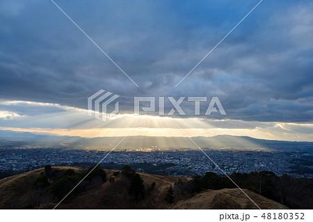 若草山から見た奈良の町 光芒 天使のはしご 48180352
