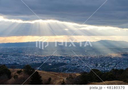 若草山から見た奈良の町 光芒 天使のはしご 48180370