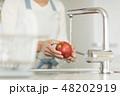 洗う りんご ボディパーツの写真 48202919