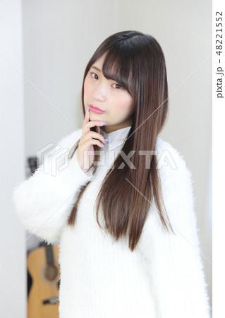 若い女性 ヘアスタイル 48221552