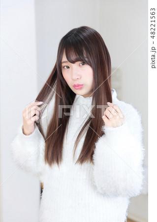 若い女性 ヘアスタイル 48221563