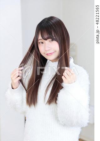 若い女性 ヘアスタイル 48221565