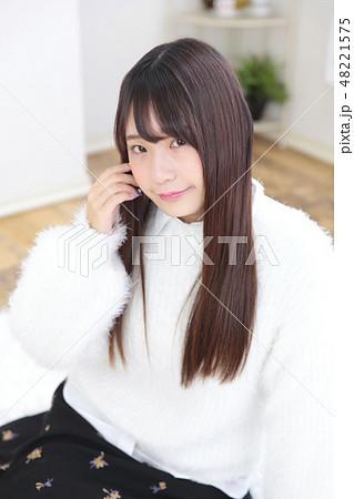 若い女性 ヘアスタイル 48221575