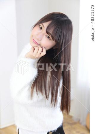 若い女性 ヘアスタイル 48221578