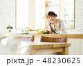 キッチン 女性 料理の写真 48230625