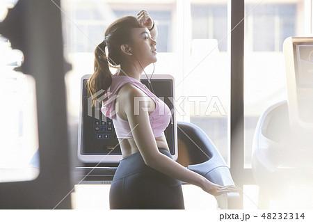 3e9b591d2776a 女性 フィットネスジム スポーツウェアの写真素材 [48232314] - PIXTA
