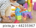 積み木で遊ぶ男の子 48235967