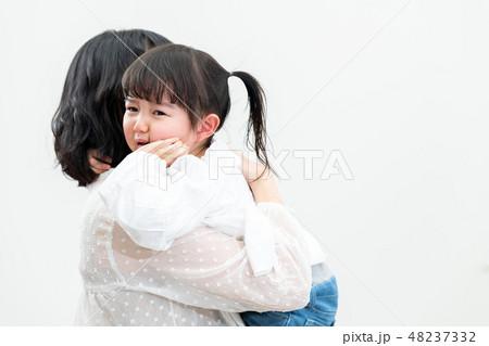 泣く子供 48237332
