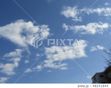 隣の団地の白い雲と青空 48241844