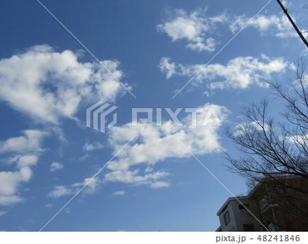 隣の団地の白い雲と青空 48241846