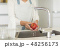 洗う りんご キッチンの写真 48256173