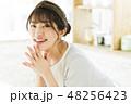 キッチン 女性 料理の写真 48256423
