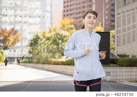 ジョギング 若い女性 都会 ランニングイメージ 48259730