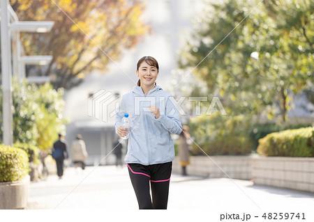 ジョギング 若い女性 都会 ランニングイメージ 48259741