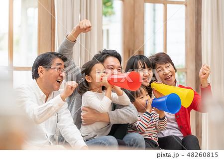 オリンピックをテレビ観戦し六人家族全員で応援する幸せそうな三世代家族 48260815