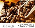 袋から出したコーヒー豆 48277438