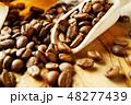 袋から出したコーヒー豆 48277439