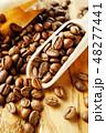 袋から出したコーヒー豆 48277441