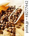 袋から出したコーヒー豆 48277442