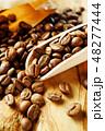 袋から出したコーヒー豆 48277444