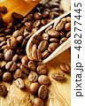 袋から出したコーヒー豆 48277445