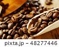 袋から出したコーヒー豆 48277446