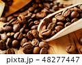袋から出したコーヒー豆 48277447