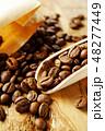 袋から出したコーヒー豆 48277449