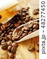 袋から出したコーヒー豆 48277450