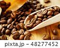 袋から出したコーヒー豆 48277452