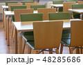 並んだテーブルと椅子  48285686