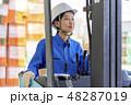 倉庫 フォークリフトを運転する女性 48287019