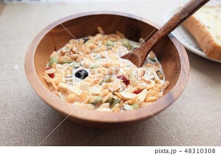 健康的なグラノーラ朝食、ミューズリー、豆乳、新鮮な牛乳のシリアル、ロハスとロカボ食品 48310308