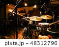 ジャズクラブのドラムセット 48312796