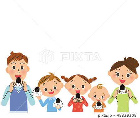 おにぎりを食べる家族 48329308