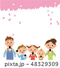 桜の下でおにぎりを食べる家族 48329309
