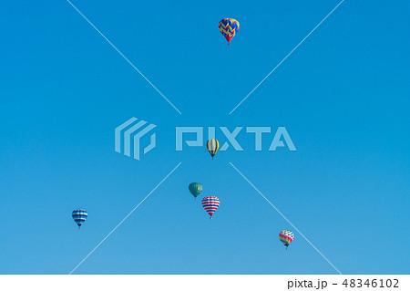 快晴の青空と小千谷風船一揆の気球 48346102