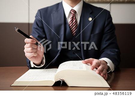 アイデアをひらめいた弁護士の手元 48356119