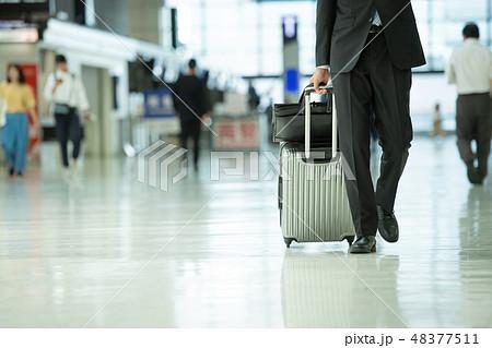 ビジネスマン 空港 出張 ビジネス イメージ 48377511